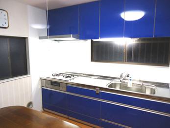 キッチンを変えて部屋全体が明るくなりました。