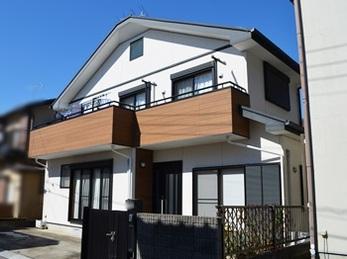 ベランダと玄関横の木目調アクセントで家の外観が生まれ変わりました!