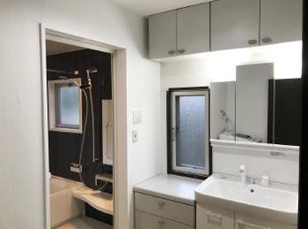 洗面室の内装リフォームで明るく!洗面化粧台も使いやすくピカピカになりました。