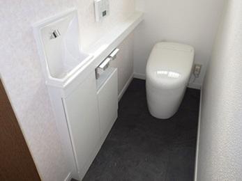 埋め込み式のスリムタイプ手洗いで、すっきりとした多機能トイレ空間へ